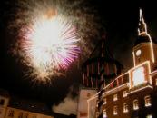Feuerwerk vor dem illuminierten Rathaus